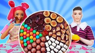 La poupée Barbie prépare une pizza sucrée! Vidéo en français pour enfants.