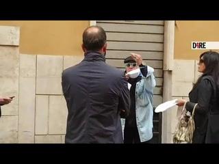 Montesano senza mascherina, la polizia lo ferma e lui urla: «La metto ma fatemi andare o è...