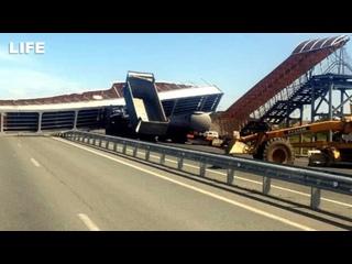 Грузовик снёс пешеходный мост под Курганом
