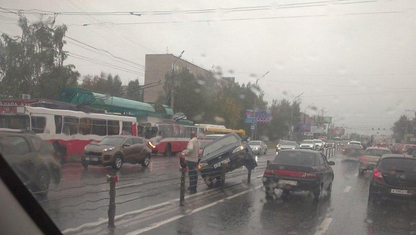 Необычное ДТП в Ижевске. Машина застряла на