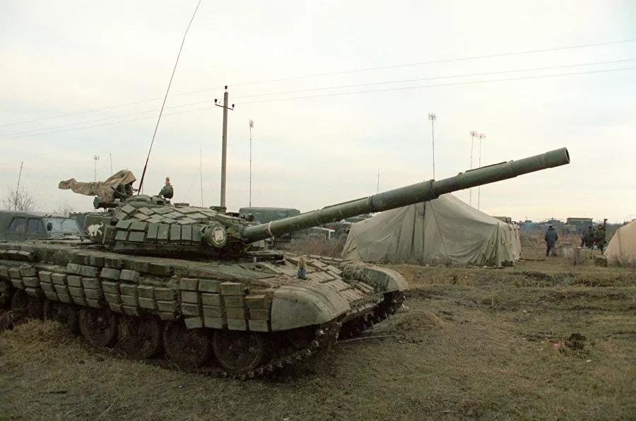 Федеральные войска России в селе Первомайское Хасавюртовского района Дагестана на границе с Чеченской Республикой