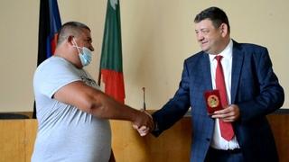 В Горловке наградили героя, спасшего от утопления малолетнего ребенка