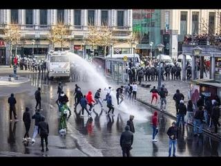 Belgia: pokojowe zamieszki BLM w Liege. Samochody zaatakowały tłum.